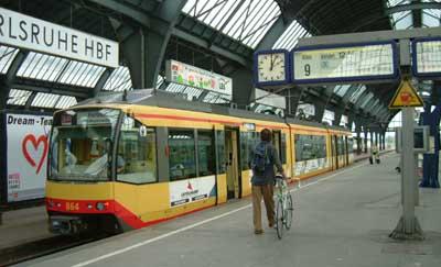 Karlsruhelainen raitiovaunu rautatieaseman laiturin vieressä odottamassa lähtövuoroa linjalla S3 ...